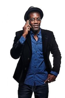 O homem negro com telefone