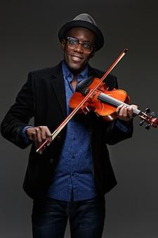 O homem negro expressão feliz e instrumento musical