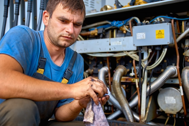O homem no posto de gasolina closeup