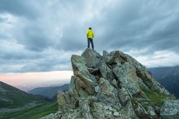 O homem no topo da montanha