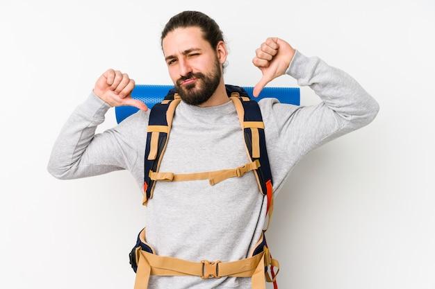 O homem novo do mochileiro isolado em um fundo branco sente orgulhoso e auto-confiante, exemplo a seguir.