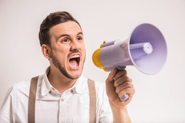 O homem novo está gritando em um megafone sobre.