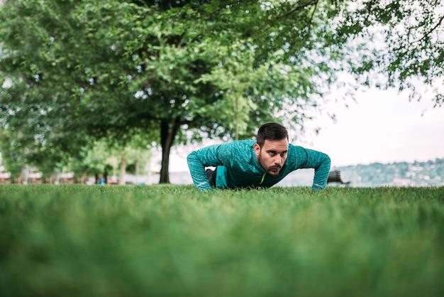 O homem novo que fazer empurra levanta no parque.