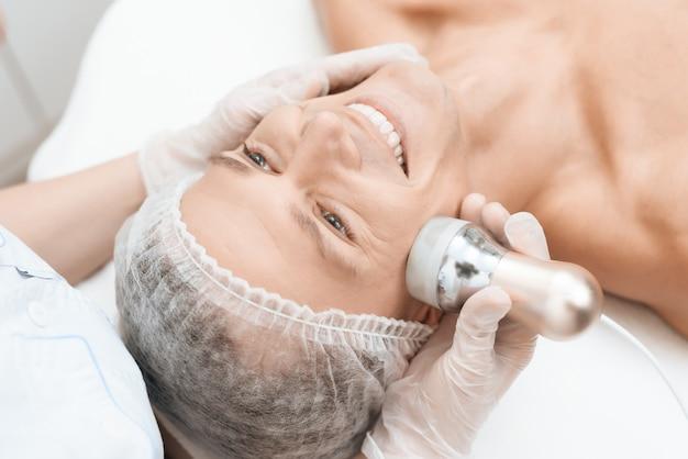 O homem novo veio ao salão de beleza. medicina de depilação.