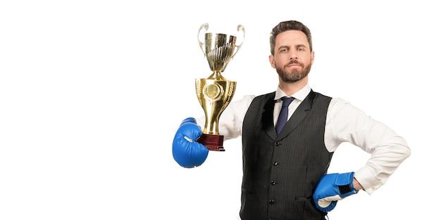 O homem orgulhoso vence a batalha corporativa. nocaute de negócios. chefe mostra vitória e autoridade. empresário em luvas de boxe com troféu. copie o espaço. ceo boxer de sucesso. luta implacável e sucesso.