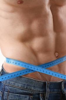 O homem perdeu peso graças a uma dieta e bombeava a prensa