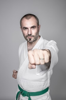 O homem pratica caratê. conceito de esporte e artes marciais.