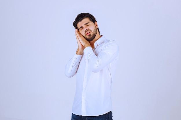 O homem precisa de silêncio porque se sente sonolento.