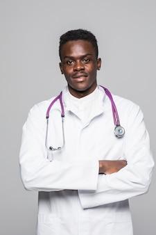 O homem preto afro-americano do doutor com estetoscópio isolou o fundo branco.