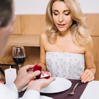 O homem propõe a sua amante