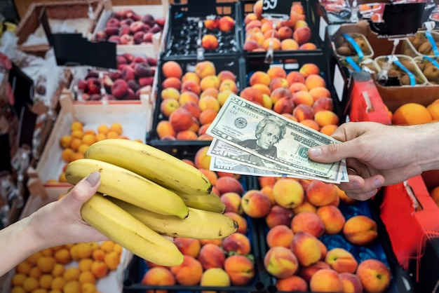 O homem que cuida da saúde compra frutas em uma loja. conceito de estilo de vida saudável