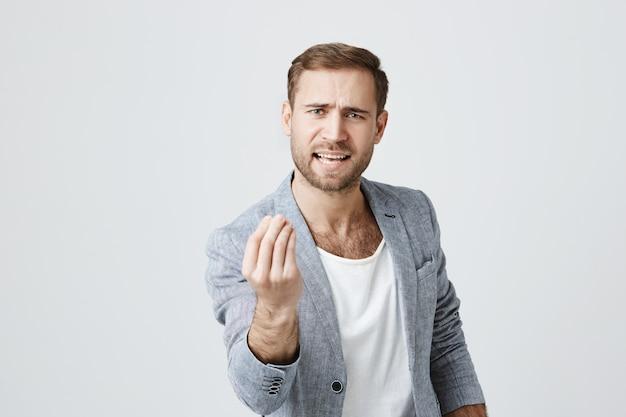 O homem que tenta provar algo, mostra o gesto italiano