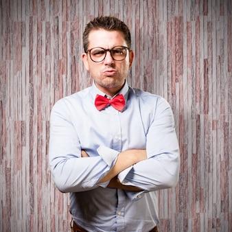 O homem que veste um laço vermelho. olha a virada.