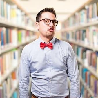 O homem que veste um laço vermelho. olhando engraçado.