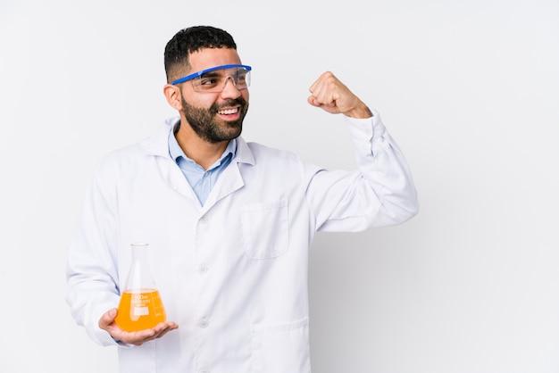 O homem químico árabe novo isolou o levantamento do punho após uma vitória, conceito do vencedor.