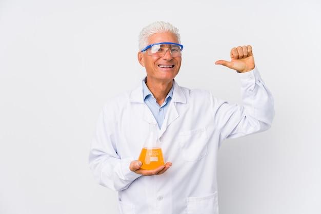 O homem químico maduro isolado sente-se orgulhoso e auto-confiante