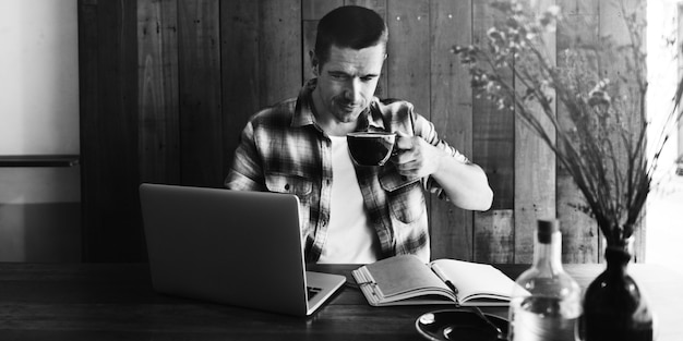O homem relaxa o conceito de trabalho da cafetaria do estilo de vida