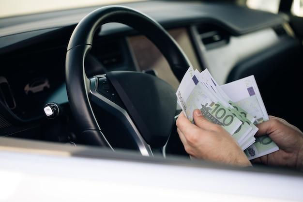 O homem rico contando notas de euro