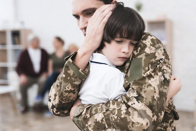 O homem se despede de seu filhinho e vai para a guerra.