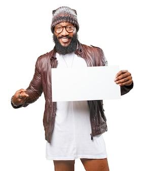O homem sorrindo e apontando para um poster em branco