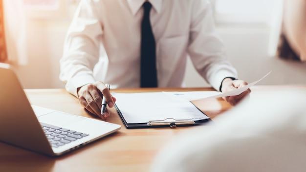 O homem submete currículo ao empregador para revisar aplicação de trabalho