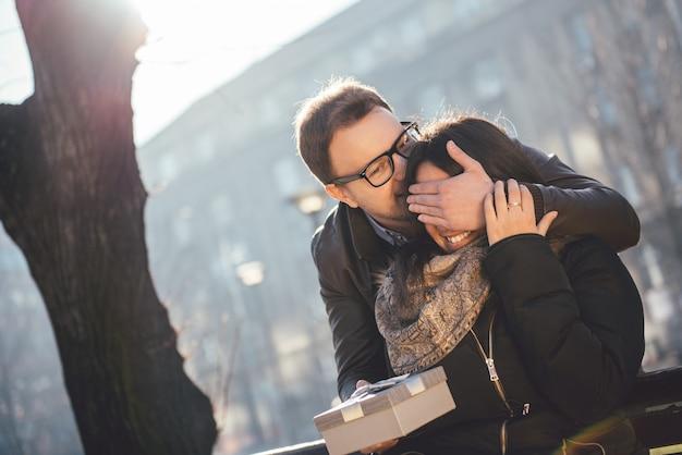 O homem surpreende a mulher com presente