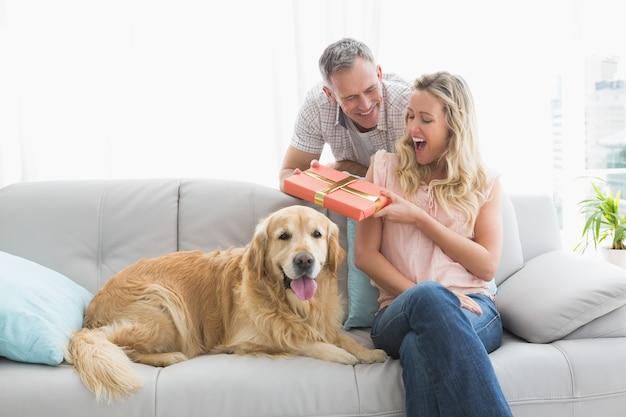 O homem surpreende sua esposa com um presente