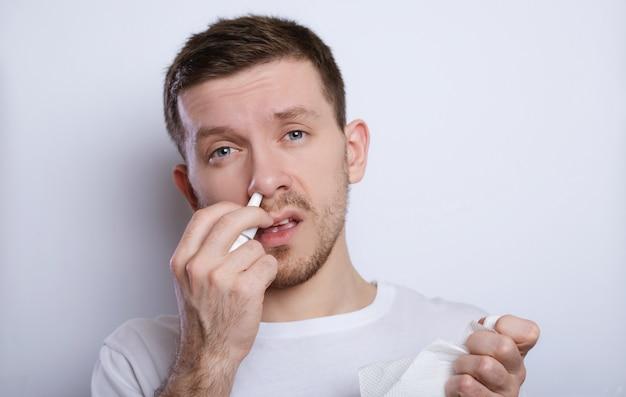 O homem tem o nariz escorrendo