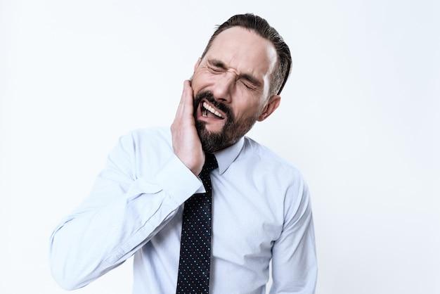 O homem tem uma dor de dente.