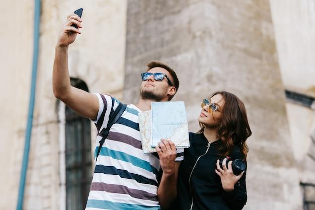 O homem toma selfie com uma mulher bonita na cidade velha