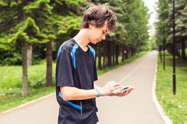 O homem usa a sincronização do telefone móvel com o rastreador de atividade.