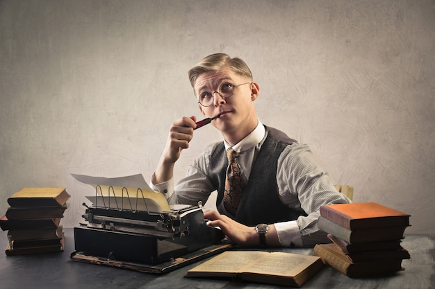 O homem usa um typewrite