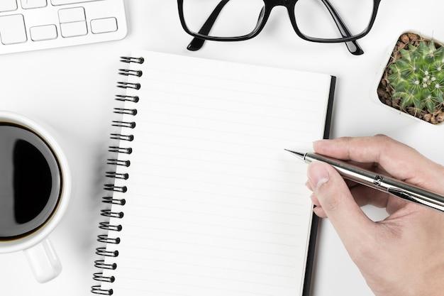 O homem vai escrever algo em um caderno.
