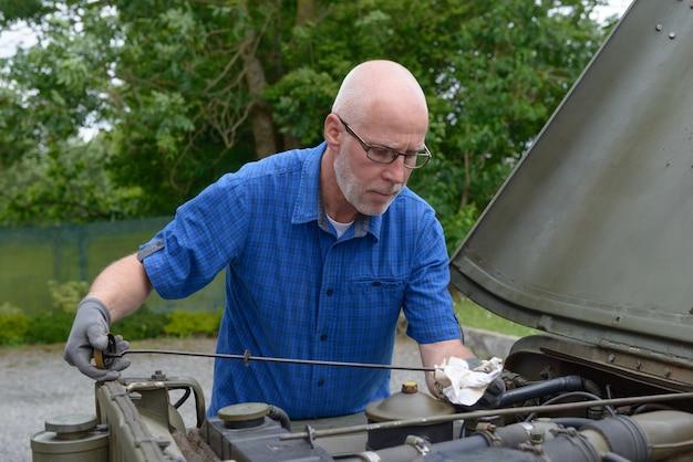 O homem verificou o nível de óleo do motor