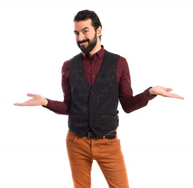 O homem vestindo o colete fazendo um gesto sem importância