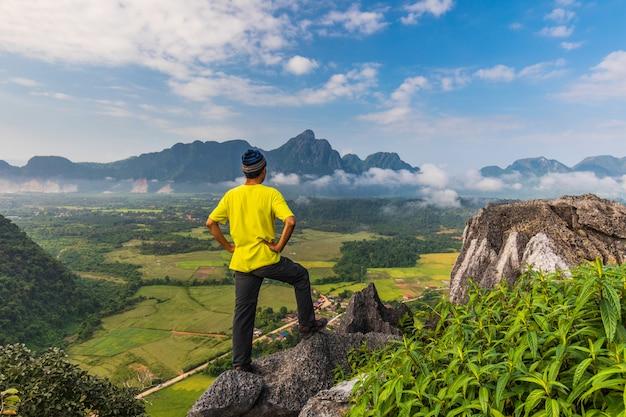 O homem viaja na montanha alta em vang-vieng, laos.