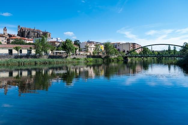 O horizonte da cidade de plasencia com o rio jerte em primeiro plano e a catedral