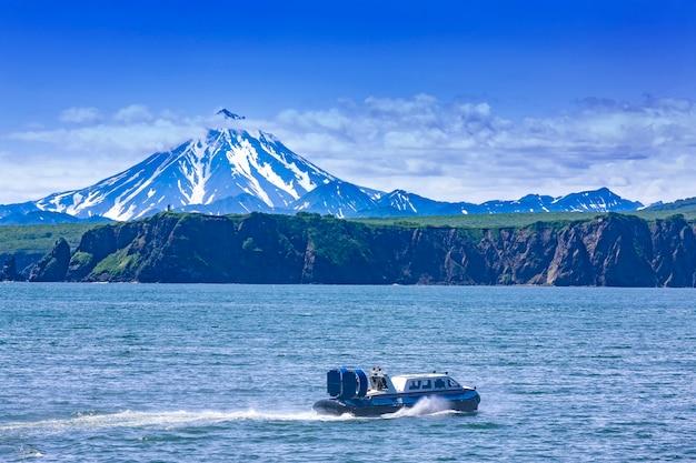 O hovercraft no oceano pacífico na península de kamchatka