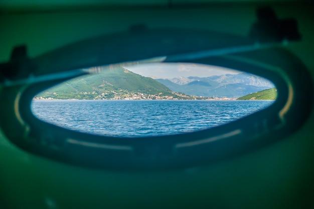O iate nadou na baía de boka-kotorsky. montenegro.