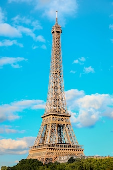 O ícone da torre eiffel em paris, frança.