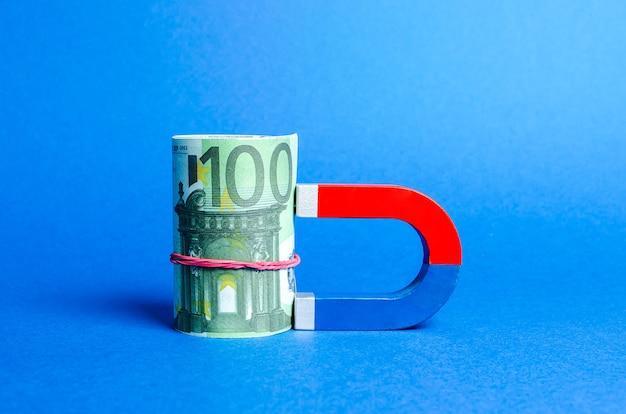 O ímã é magnetizado para o pacote de euros atraindo dinheiro e investimentos para fins comerciais