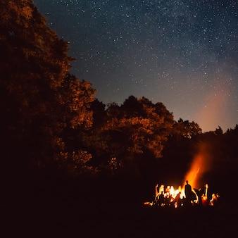 O incêndio à noite. clima de verão