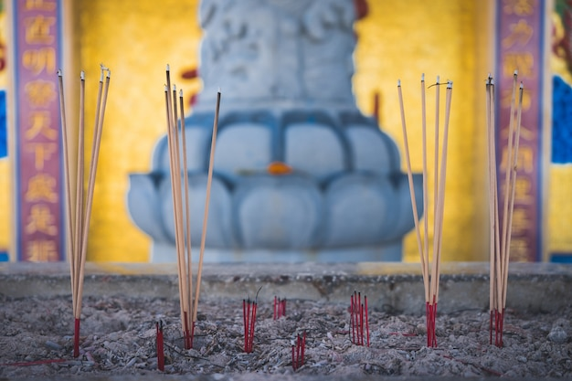 O incenso do queimador fura o templo.