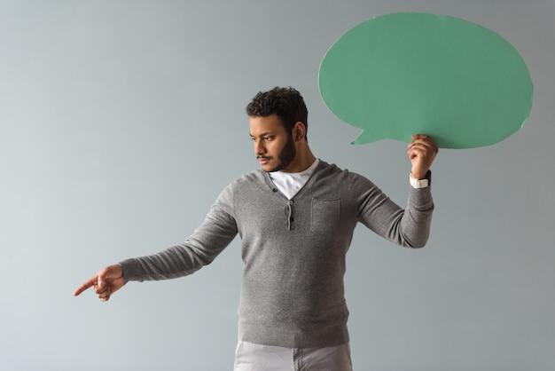 O indivíduo afro-americano considerável está guardando uma bolha do discurso.