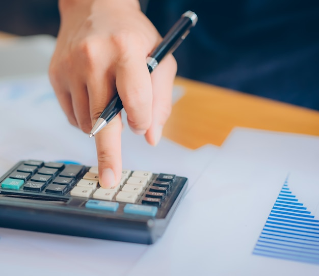 O inspetor financeiro e o secretário da empresa fazem relatório, calculam ou verificam o saldo. documento de verificação do inspetor do internal revenue service. conceito de auditoria.