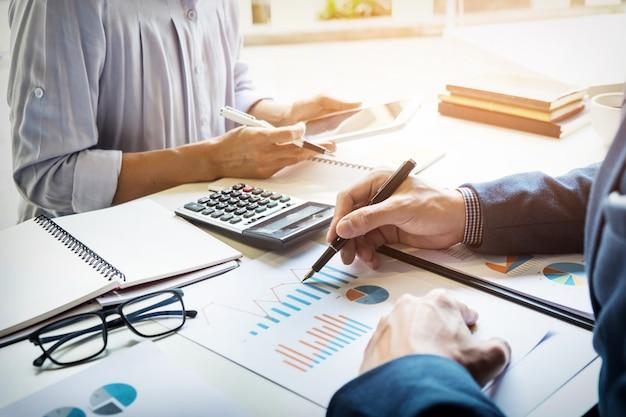 O inspetor financeiro e o secretário fazem relatório, calculam ou verificam o saldo. documento de verificação do inspetor do serviço de receita federal. conceito de auditoria