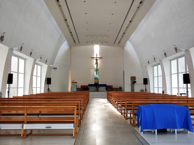 O interior da catedral católica a