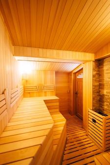 O interior da clássica sauna finlandesa de madeira