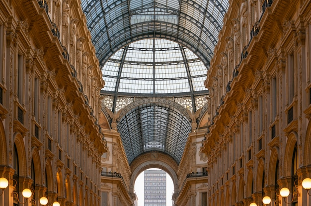O interior da galleria vittorio emanuele ii, um dos mais antigos shoppings do mundo