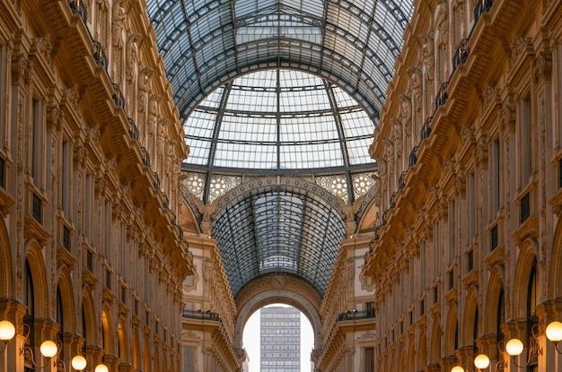 O interior da galleria vittorio emanuele ii, um dos mais antigos shoppings do mundo